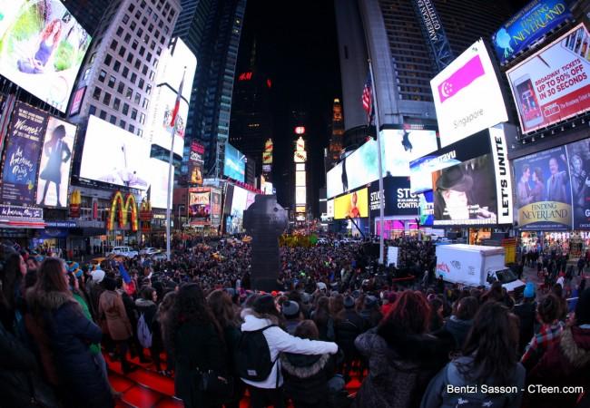 Over 2,000 Jewish Teens at Havadalah in Times Square